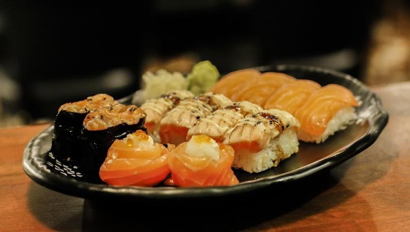Valinnaiset 10-14 palan sushilajitelmat sekä wakame-salaatit kahdelle 17€