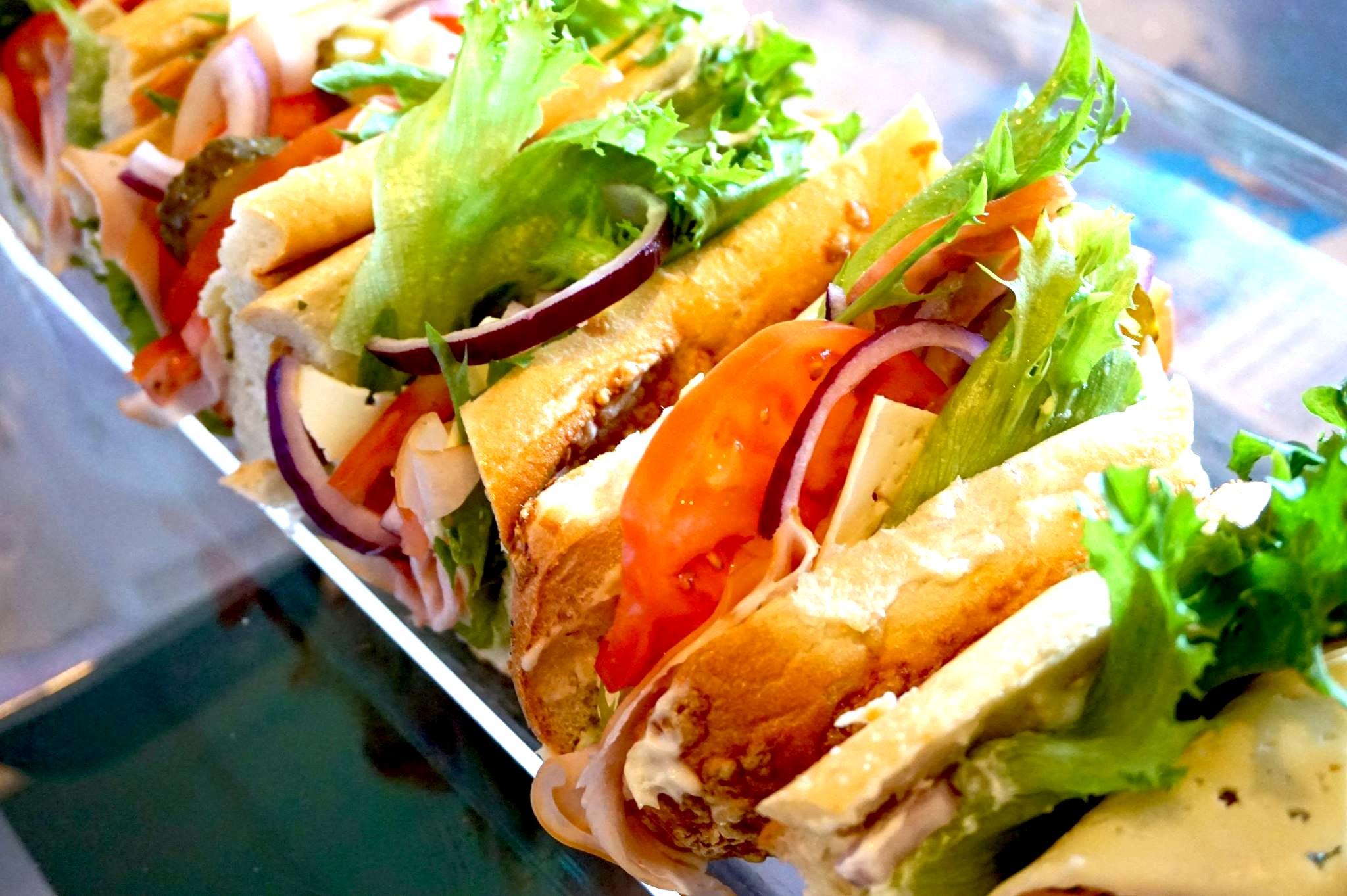 Päivän sandwich ja pieni salaatti sekä kahvi/tee alk. vain 5€