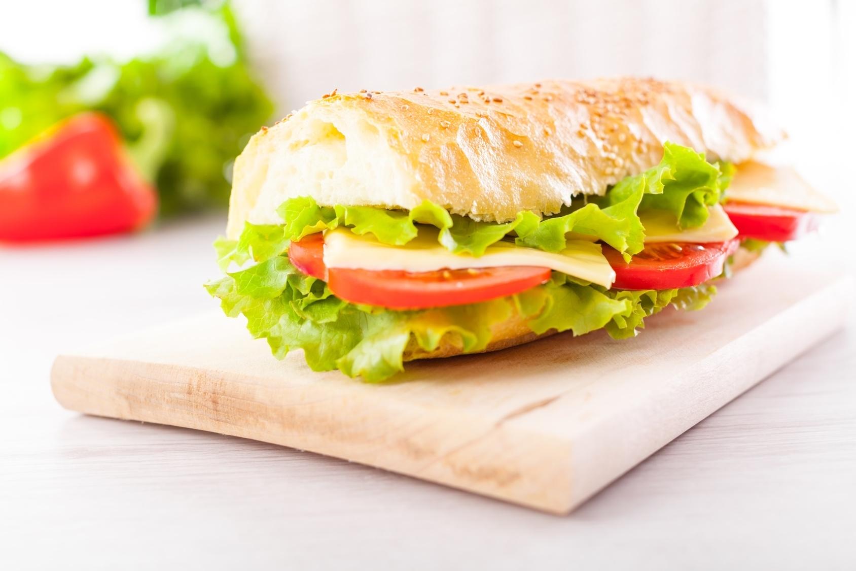 Salaattirasia, puolikas täytetty patonki sekä kahvi tai tee yhdelle tai kahdelle alk. vain 6€