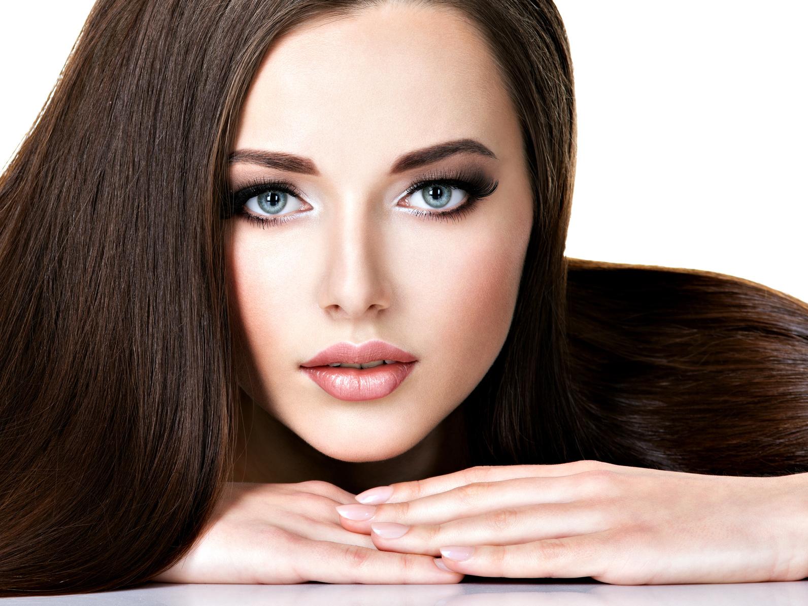 Hiustenleikkaus värjäyksellä tai raidoilla ja valinnaisella kulmien värjäyksellä ja muotoilulla alk. 40€ (säästä jopa 63%)