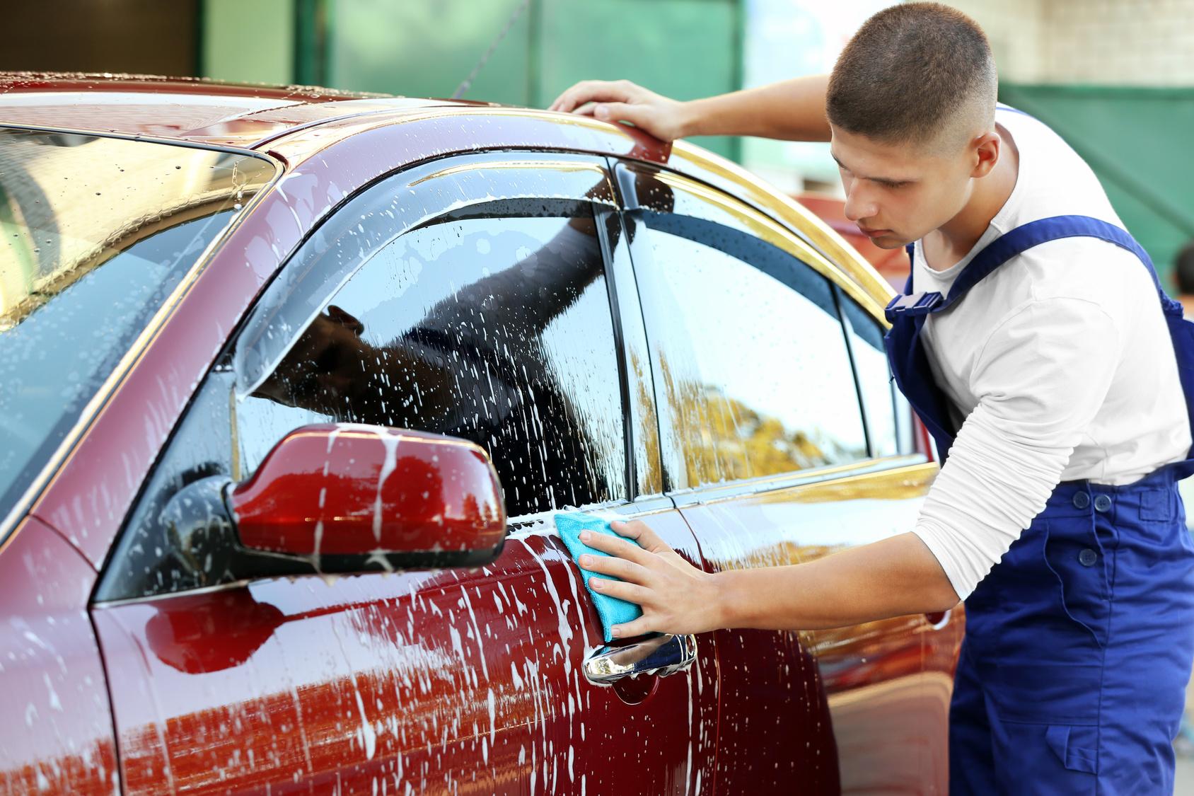 Auton käsinpesu, sisäpuhdistus ja nanokovavahaus 59€ (säästä 53%)
