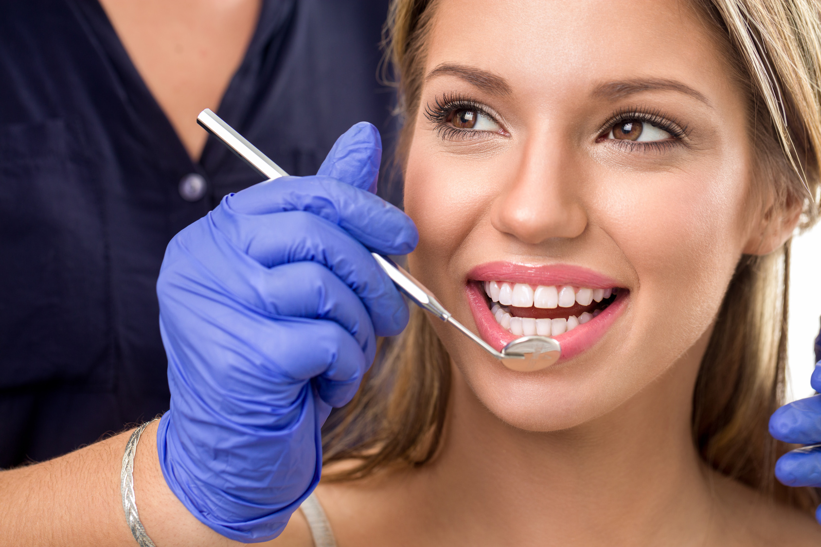 Hammastarkastus valinnaisella hammaskiven poistolla ja soodapuhdistuksella alk. vain 15€