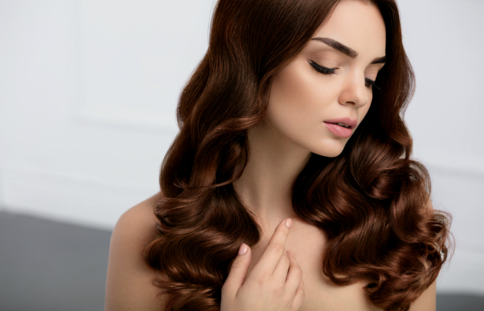 Naisten hiustenleikkaus lisäpalveluilla tai ilman tai kulmien värjäys ja muotoilu alk. 10€