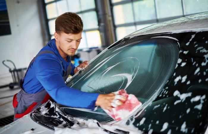 Auton käsinpesu vahashampoolla ja sisäpuhdistus 25€ (säästä 50%)