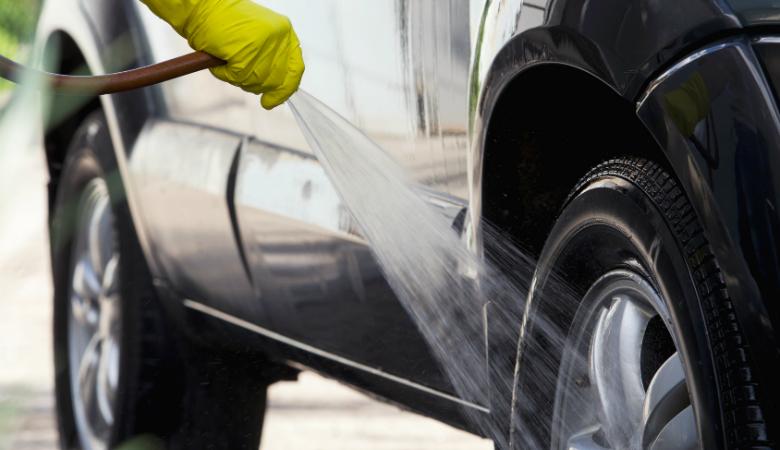 Auton käsinpesu ja imurointi kevytvahauksella tai ilman alk. 25€ (säästä jopa 68%)