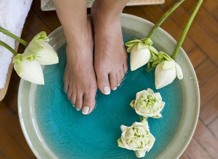 Jalkahoito geelilakkauksella tai ilman alk. 12€ (säästä jopa 52%)
